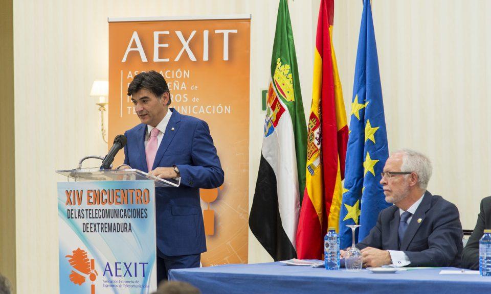Nuestro Maestro de Ceremonias, Paco Solo, presentando los ponentes en el acto de apertura del XIV Encuentro de las Telecomunicaciones de Extremadura
