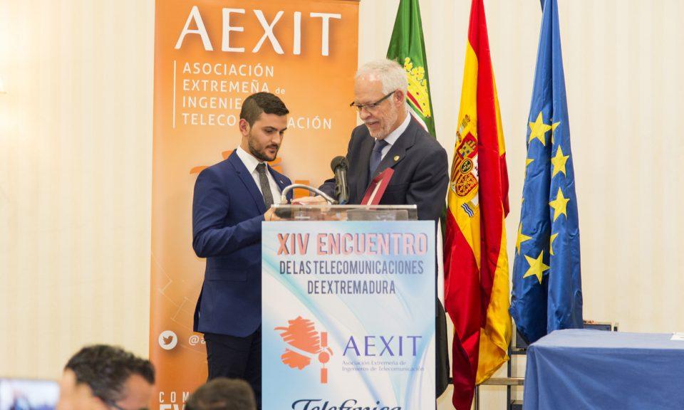 Acto seguido se procedió a la entrega de premios. Alfonso Galán recibió el premio a la mejor trayectoria académica en estudios de telecomunicación de Extremadura