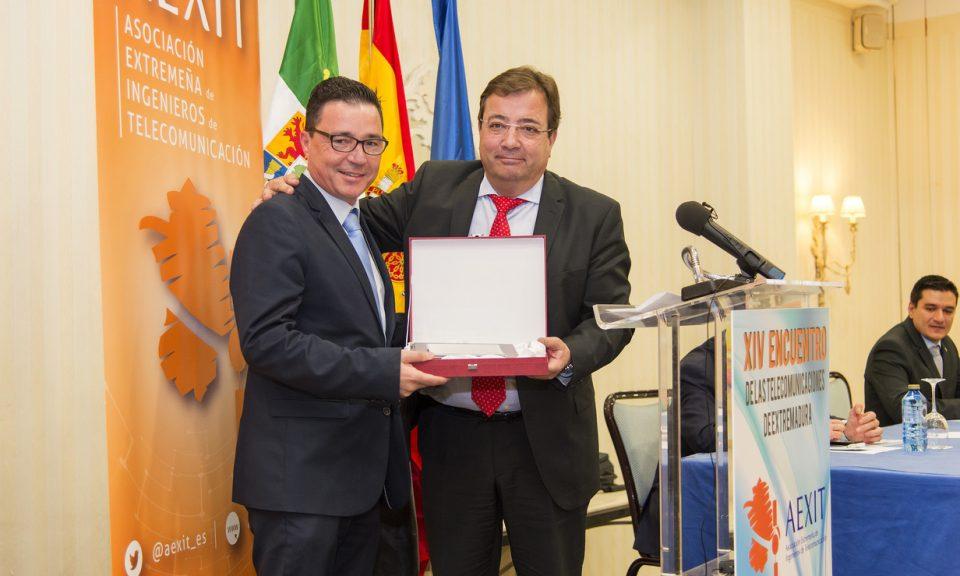 El premio a la trayectoria profesional en Extremadura y mención de socio honorífico fue para Guillermo Santamaría, Director de Telefonica Extremadura, de las manos del presidente de la Junta de Extremadura