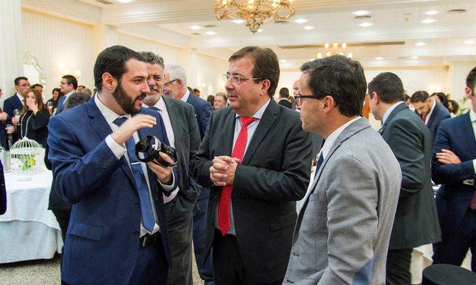 Nuestro Secretario, Alberto Serna, mostrando al Presidente el recorrido virtual por la historia de las telecomunicaciones del 50 aniversario del COIT