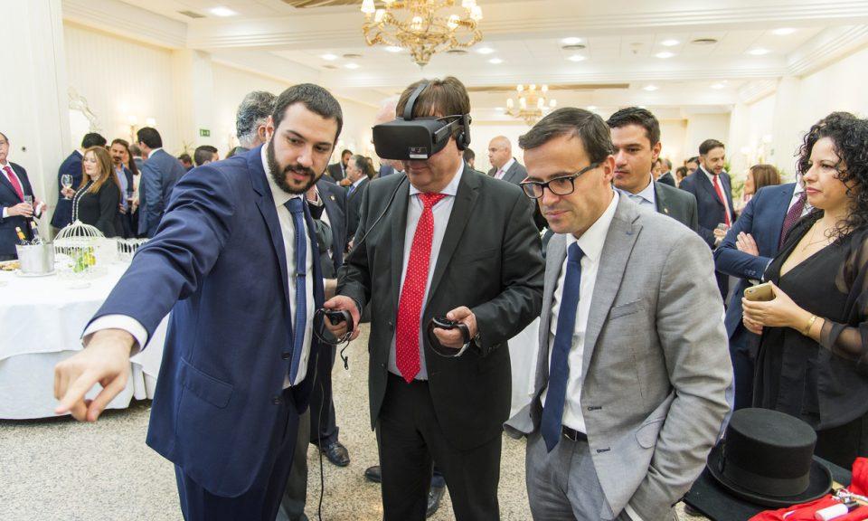 Guillermo Fernández Vara probando el recorrido virtual por la historia de las telecomunicaciones del 50 aniversario del COIT